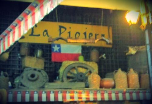 La Piojera, dizem que se chama assim, porque antigamente quando era um restaurante foi visitado por um presidente chileno que se referiu ao lugar como La Piojeira (isso mesmo de piolho), por ser um lugar frequantado pela classe baixa, principalmente por obreiros.