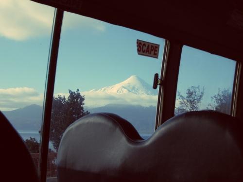 A primeira vez que vi um vulcão foi da janela. Osorno, Puerto Varas, Chile <3