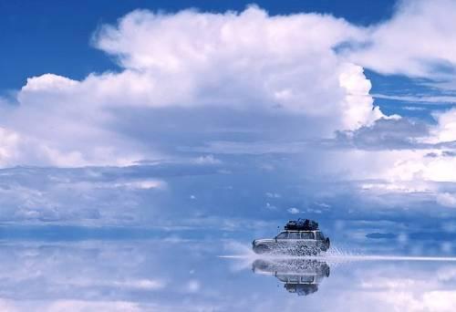 Roubei essa foto do site Boca Aberta para mostrar o espalho natural que se forma no Salar na época chuvosa.