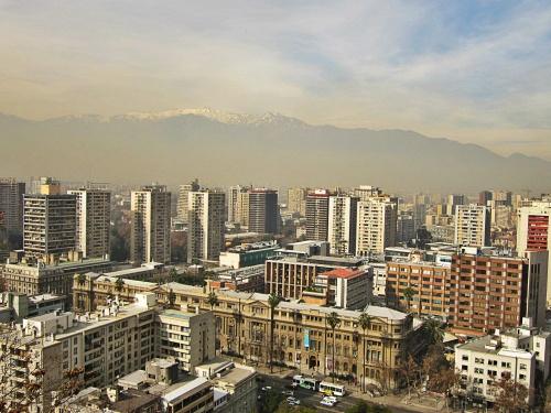 Uma cidade e uma Cordilheira. Vista do Cerro Santa Lucia, no centro de Santiago.